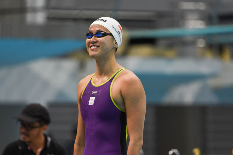 Quah Ting Wen of Swimfast Aquatic Club responds to cheers from the crowd before her race. (Photo 11 © Lee Yu En/Red Sports)