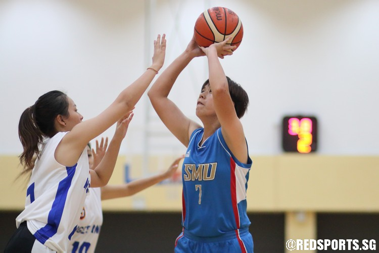 Videl Lim (SMU #7) pulls up for a jump-shot over the defense. (Photo  © Chan Hua Zheng/Red Sports)