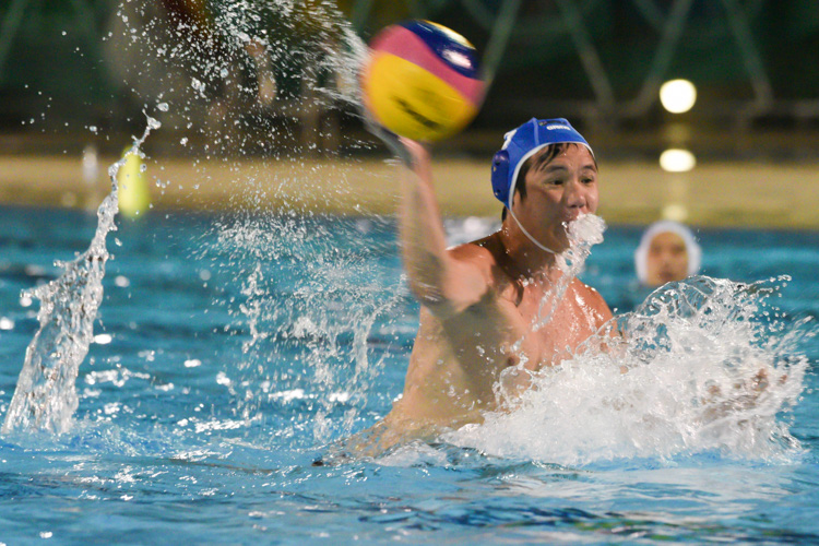 Ang Wan Loong (SMU #5) taking a penalty during the match. (Photo 1 © Stefanus Ian/Red Sports)