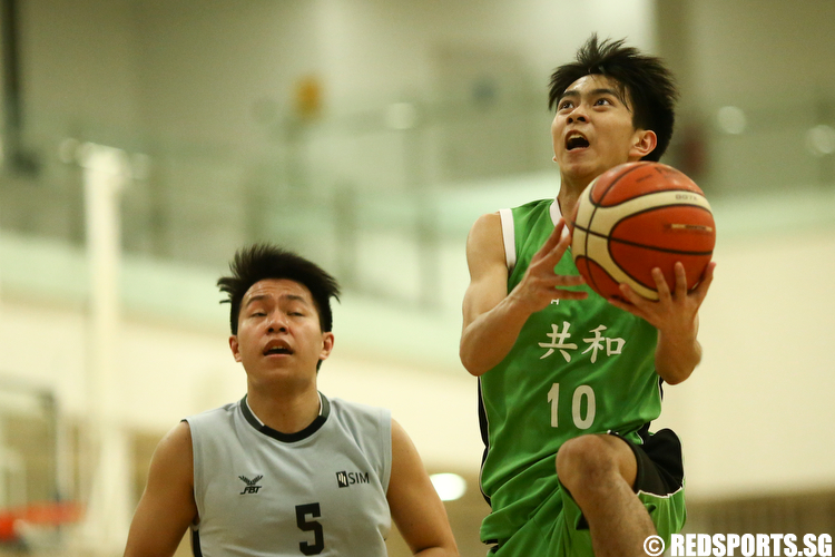 Seet Zhi Yun (#10) of Republic Polytechnic shoots a layup against Singapore Institute of Management. (Photo © Lee Jian Wei/Red Sports)