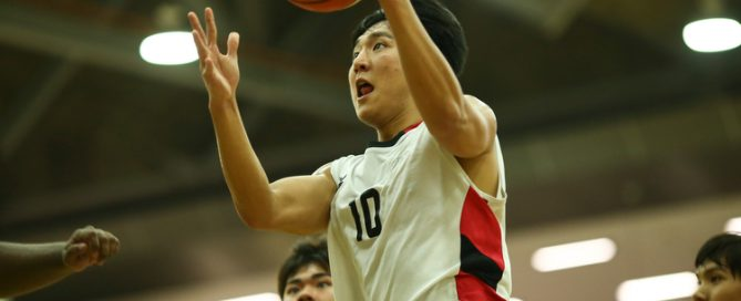 Siming (#10) of Temasek Polytechnic shoots a layup against Republic Polytechnic. (Photo © Lee Jian Wei/Red Sports)