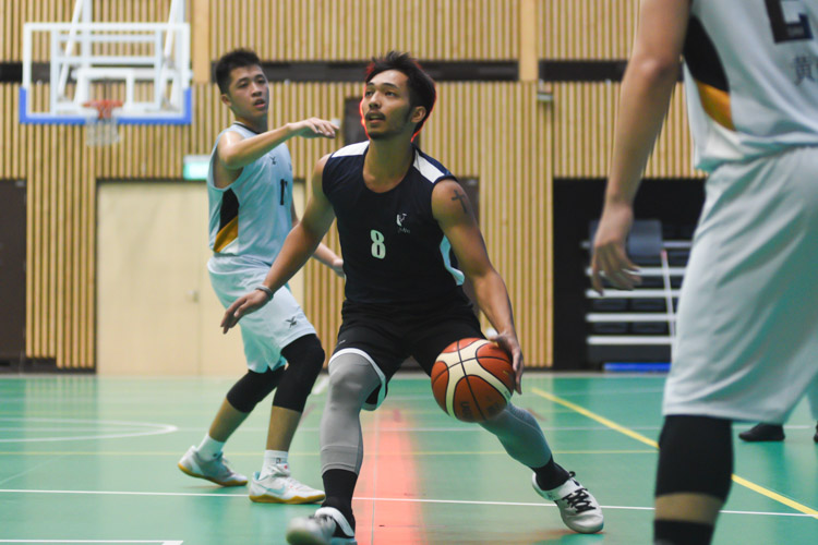 Jan Mikhael (SMU #8) dribbling the ball towards the paint during the match. (Photo 1 © Stefanus Ian/Red Sports)