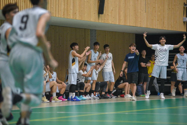 The SIM bench celebrating an early three pointer during the match. (Photo 1 © Stefanus Ian/Red Sports)