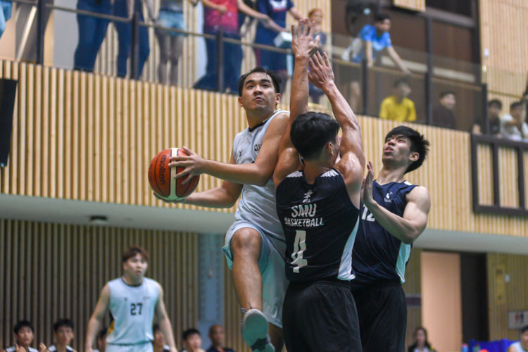 Singapore Institute of Management (SIM) cruised towards their 62–43 win against Singapore Management University (SMU) during their Singapore University Games (SUniG) basketball championship match. (Photo 1 © Stefanus Ian/Red Sports)
