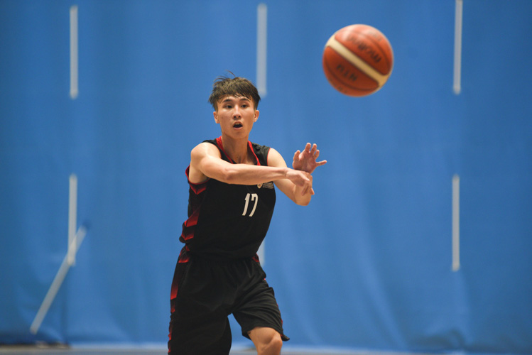 NTU's Kwan Jian Fu making a pass during NTU's 73-52 win over SIT. (Photo 1 © Stefanus Ian/Red Sports)