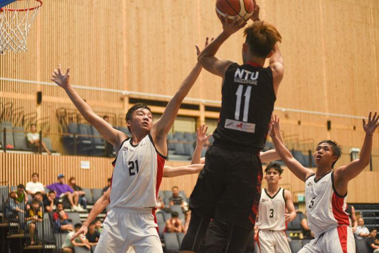 NTU's Liau Ming Shun (NTU #11) attempting a shot during NTU's 73-52 win over SIT. (Photo 1 © Stefanus Ian/Red Sports)