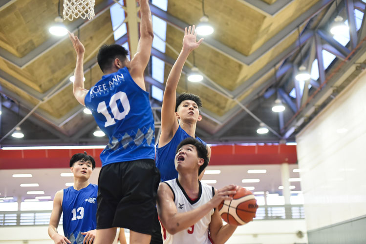 Lim Rui Min (TP #9) being closely guarded as he attempts a lay up during the match between Temasek Polytechnic and Ngee Ann Polytechnic. (Photo 1 © Stefanus Ian/Red Sports)