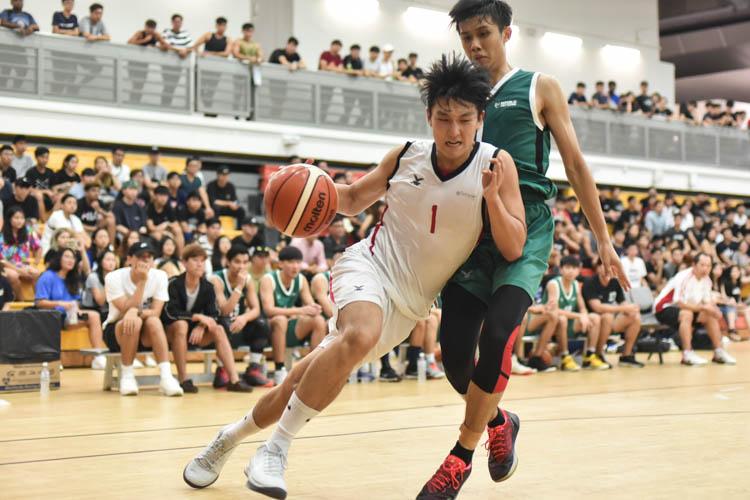 Zhai Siming (#1) dribbling past his defender towards the rim. (Photo 1 © Stefanus Ian/Red Sports)