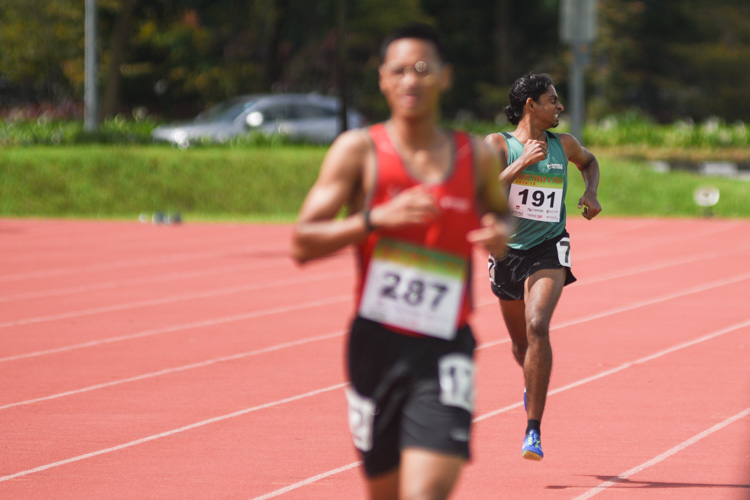 Kiranraj s/o/ Suresh looking behind at the home stretch to check on his competitors during the the Men's 1500 Metre Run Open race. (Photo 1 © Stefanus Ian/Red Sports)