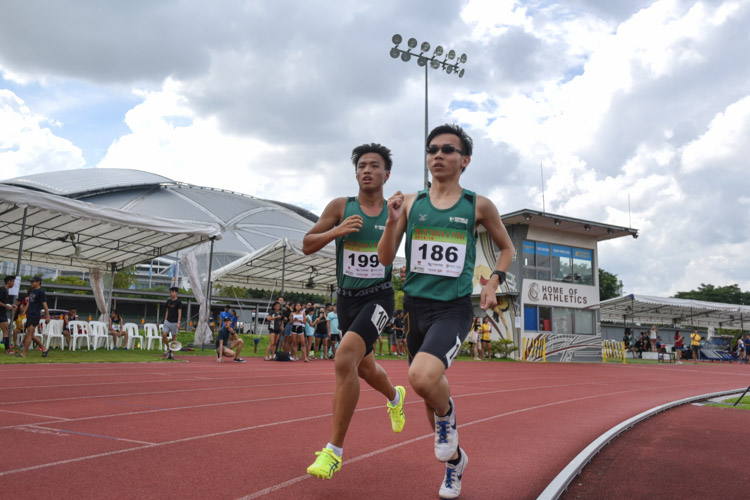 Lim Zhi Hong (#186) and Dylan Tang (#199) of Republic Polytechnic going into the bend with  during the the Men's 1500 Metre Run Open race. (Photo 1 © Stefanus Ian/Red Sports)