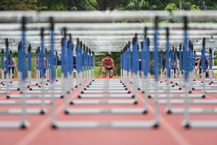 Hafiz bin Misnal of TP getting ready in the centre lane during the 2018 POL-ITE 110m hurdles race. (Photo 1 © Stefanus Ian/Red Sports)