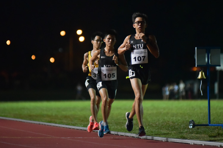 NTU duo Koh Zuo Hong (#107) and Paxton Hong (#105) in action during the men's 10,000m. They finished fourth and fifth respectively. (Photo 1 © Iman Hashim/Red Sports)