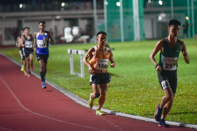 Goh Wei Sheng (#166) of NUS in action during the men's 10,000m. He finished in 10th place in 39:53.28. (Photo 1 © Iman Hashim/Red Sports)