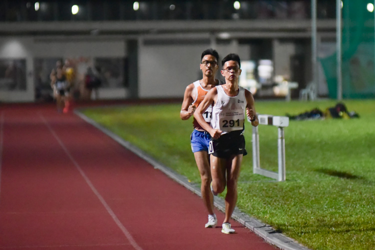 Burton He (#291) of SIM and Shohib Marican (#180) of NUS going neck-and-neck in the first few laps of the men's 10,000m. Burton eventually finished second in 35:27.66, while Shohib finished third in 35:54.15. (Photo 1 © Iman Hashim/Red Sports)