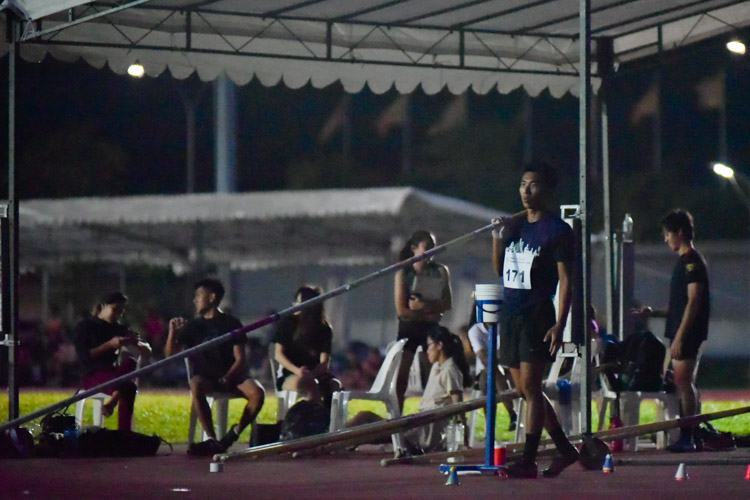 Aaron Koh (#171) of NUS getting ready for his turn in the men's pole vault. He came in third with a height of 4.20m. (Photo 1 © Iman Hashim/Red Sports)