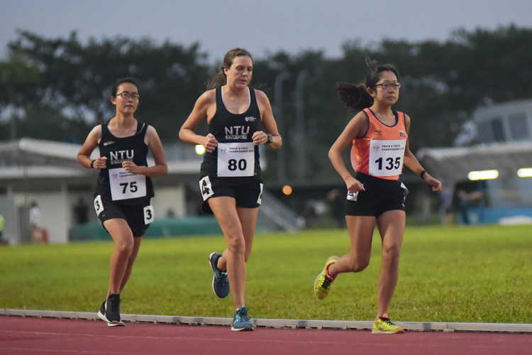 Eunice Choy (NTU #75), Joanna McFarland (NTU #80) and Vanessa Fong (NUS #135) comprised the chasing pack in the women's 10,000m event. Joanna eventually finished second, while Eunice completed the podium. (Photo 1 © Iman Hashim/Red Sports)