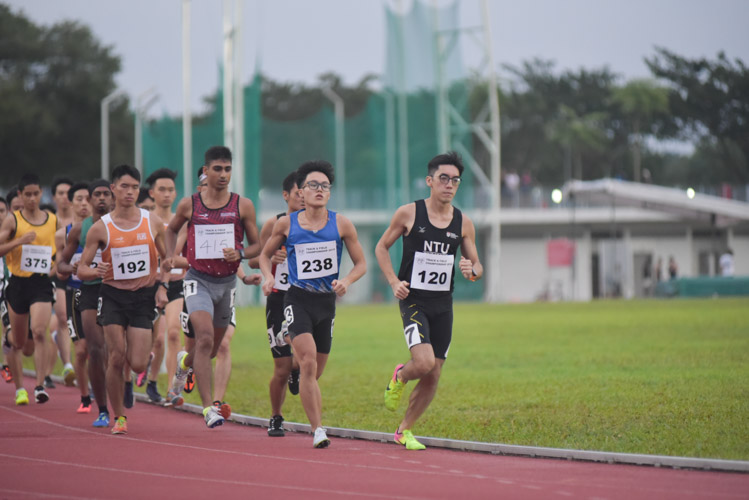 Jasper Tan (#120) of NTU leading the pack in the first lap of the men's 1500m final. He eventually finished in 6th place, stopping the clock at 4:35.94. (Photo 1 © Iman Hashim/Red Sports)