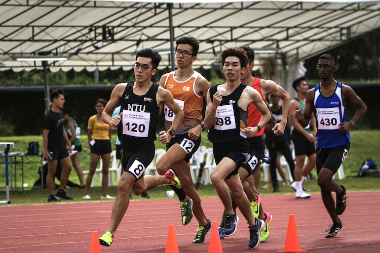 Jasper Tan leading the pack during the first timed Men's 800m race. He would finish third with a time of 2:03.56. (Photo 1 © REDintern Young Tan)