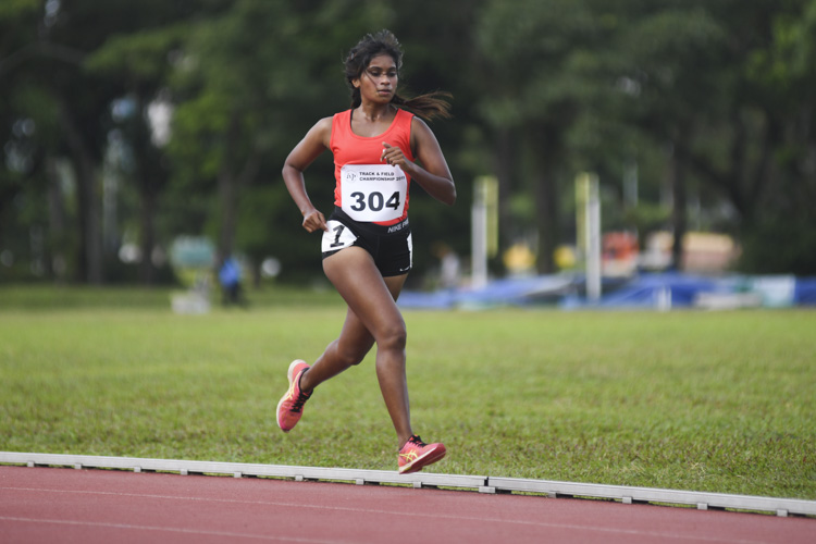 Tammilmani Thaaranie of SIT finished fifth in the IVP women's 5000m race with a time of 22:53.78.  (Photo 1 © Stefanus Ian/ Red Sports)