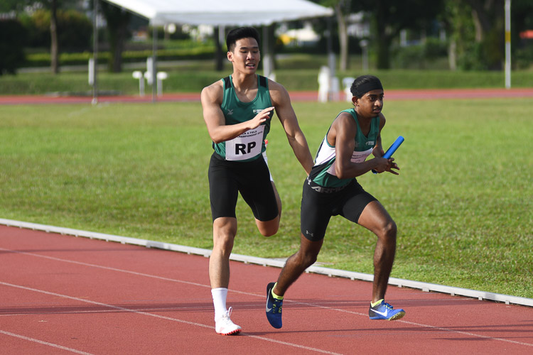 RP's Brandon Heng passing the baton over to Kiran Raj S/O Suresh for the third leg in the first men's 4x400m relay timed final. (Photo 18 © Stefanus Ian/Red Sports)