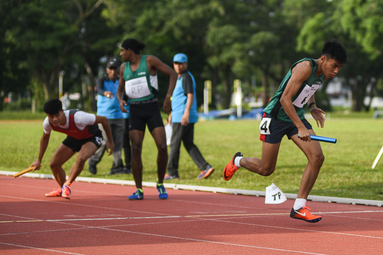 Saiful Anuar of RP setting of on the final leg in the first men's 4x400m relay timed final. Dexter Lin (far left) of TP picks up the baton which had been dropped during the exchange. TP was eventually disqualified. (Photo 21 © Stefanus Ian/Red Sports)