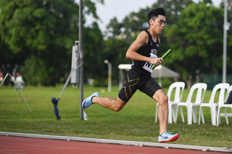 Jasper Tan of NTU on the third leg in the second men's 4x400m relay timed final. (Photo 28 © Stefanus Ian/Red Sports)