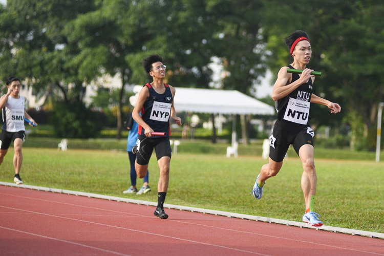 Anchor runner Darren Tien bringing NTU to first place in the second men's 4x400m relay timed final. However, they finished with the silver overall behind NUS. (Photo 32 © Stefanus Ian/Red Sports)