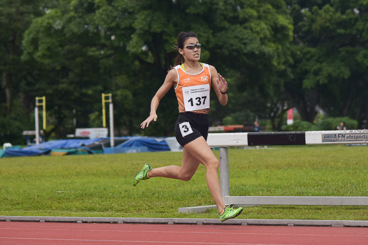 Rachel Ho of NUS clinched silver in the Women's 800m race with a time of 2:32.00. (Photo 1 © Iman Hashim/Red Sports)