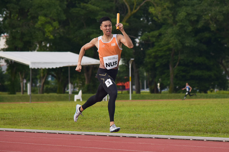 Jonathan Lai anchoring NUS to first place in the men's 4x400m relay timed finals. (Photo 22 © Iman Hashim/Red Sports)
