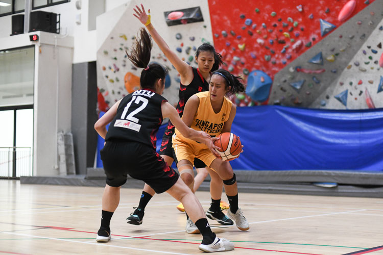 NTU led from start to finish as they booked themselves a place in the women's IVP basketball final after a comfortable 63-44 win over SP. (Photo 1 © Stefanus Ian/Red Sports)