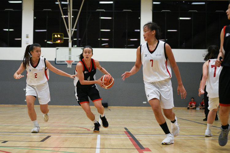 Sara Choong (SIT #4) in action. SIT edged out TP 55-53 to move on to the IVP Basketball Championship final. (Photo 1 © Iman Hashim/Red Sports)
