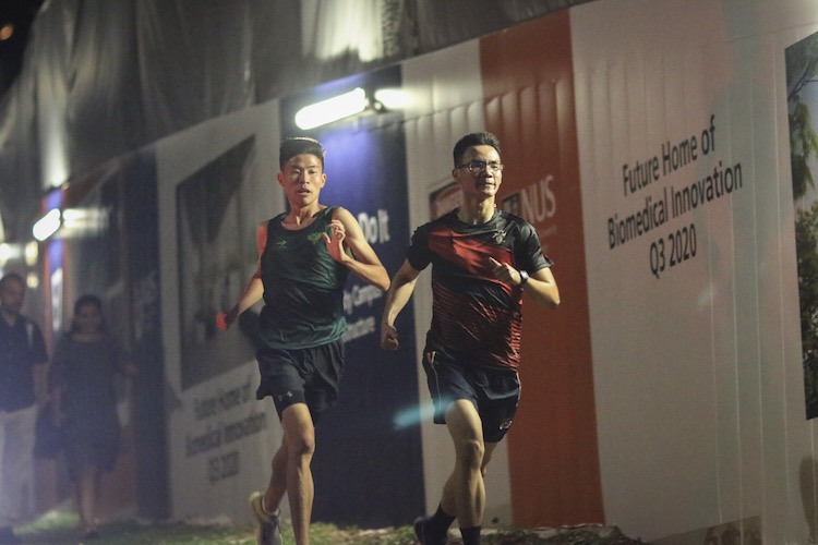 Pe Chin Kiat (left) of Raffles Hall catching up with his counterpart from King Edward VII Hall on the fifth leg of the men's race. (Photo 10 © REDintern Young Tan)