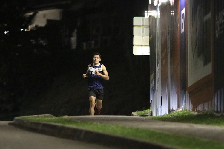 Ho Jun Hui running the fourth leg for Kent Ridge Hall in the men's race. (Photo 15 © REDintern Young Tan)