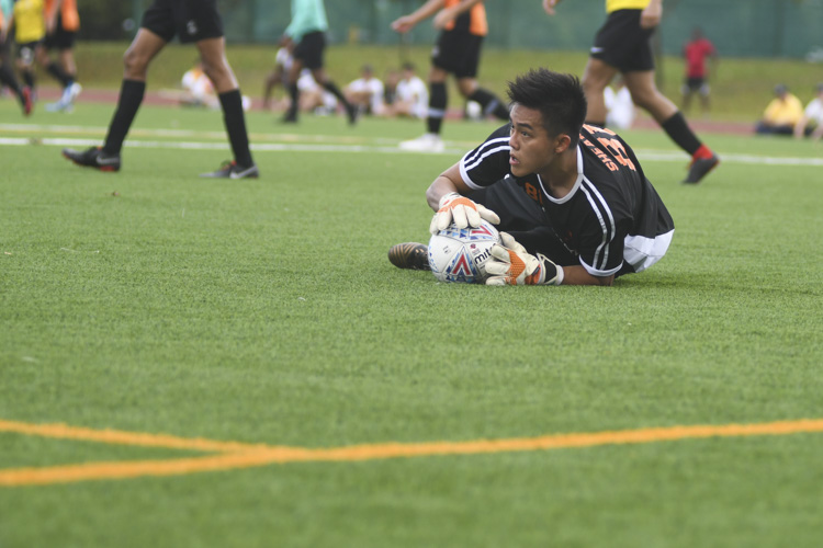 Bryan Quek (SH #81) keeps the ball safe in his hands. (Photo 1 © Stefanus Ian/Red Sports)