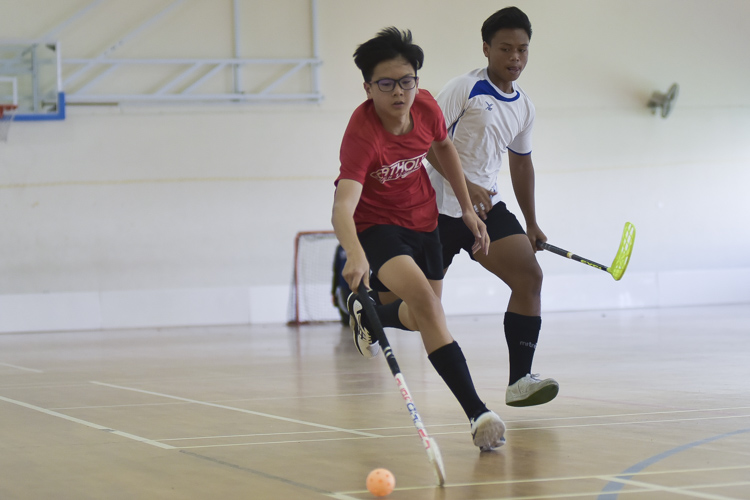 Brian Goh (CHS # 30) in control of the ball. Catholic High swept past Yusof Ishak 18-2 to improve to a 4-0 win-loss record in the National B Division Floorball Championship. (Photo 1 © Iman Hashim/Red Sports)