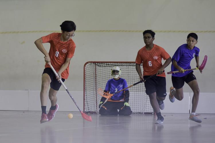 Siow Chin Yuong (SGS #8) dribbles upcourt. (Photo 4 © Iman Hashim/Red Sports)
