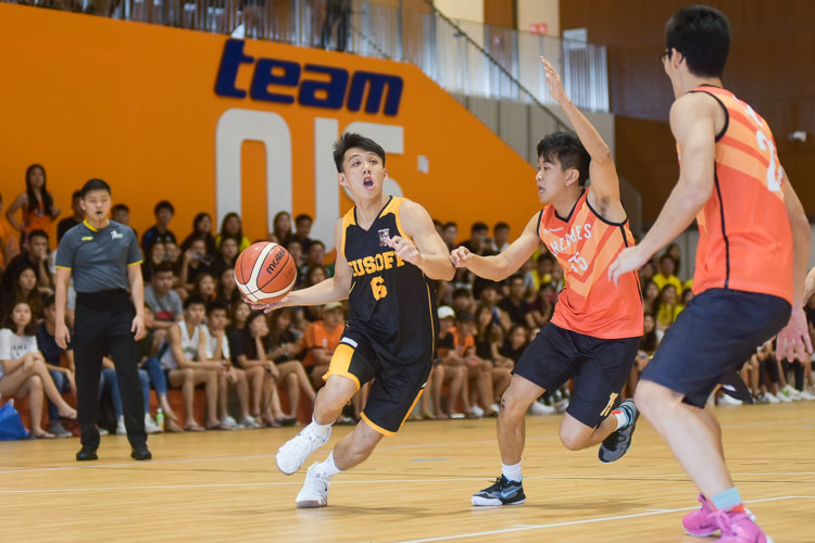 Jason Lee (EH #6) attempts to drive into the paint. (Photo 2 © Iman Hashim/Red Sports)