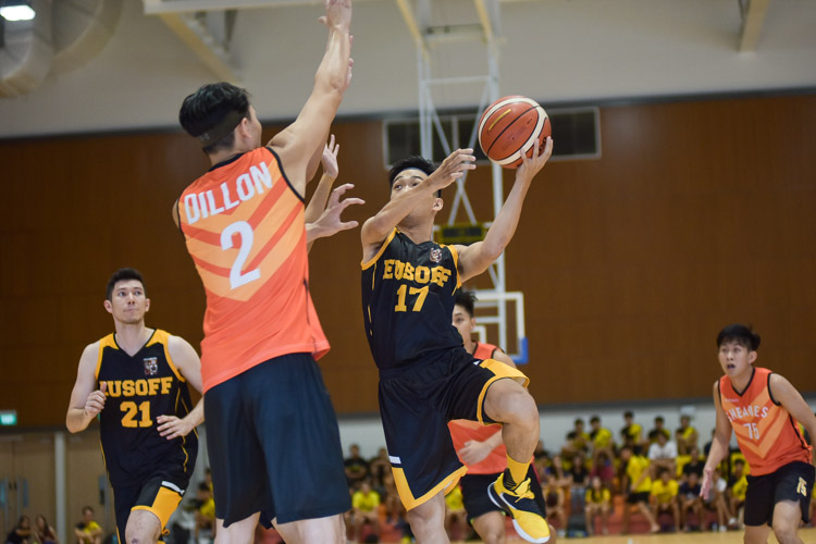 Leong Heng Wei (EH #17) attempts the lay-up. (Photo 9 © Iman Hashim/Red Sports)