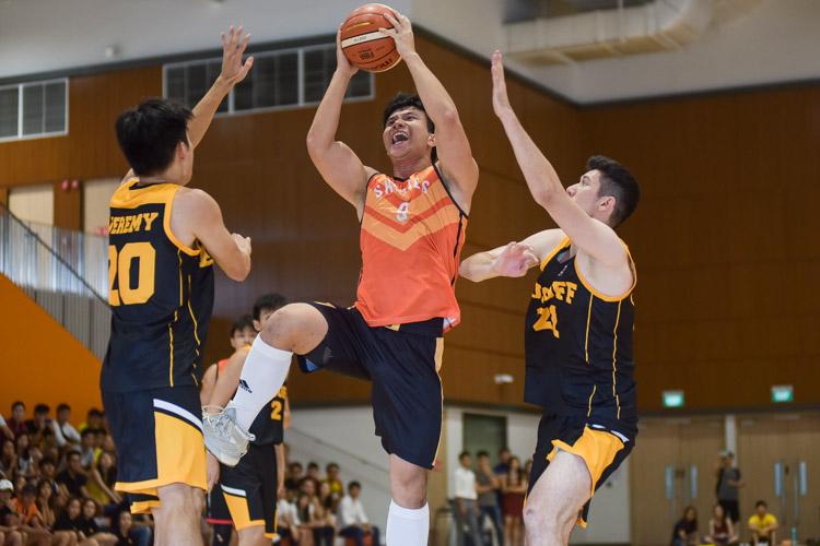 Tan Reng Tian (SH #9) finds his way to the basket. (Photo 16 © Iman Hashim/Red Sports)