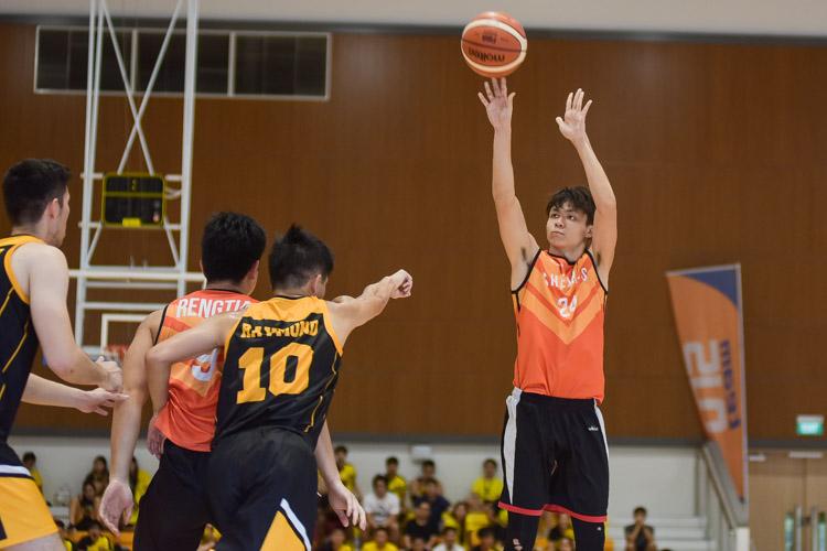 Chiew Kok Seng (#24) tries for three. (Photo 20 © Iman Hashim/Red Sports)