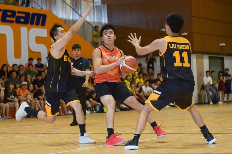 Eusoff double-team on Chan Chun Cheong (SH #4). (Photo 21 © Iman Hashim/Red Sports)