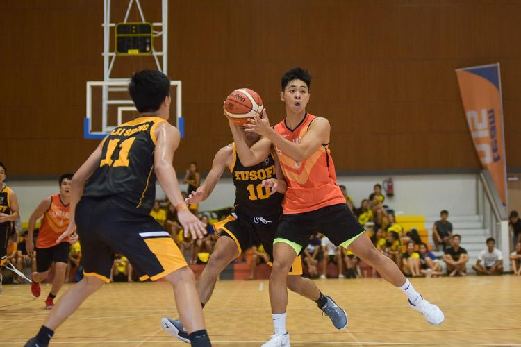 Ng Ying Jie (SH #5) holds possession. (Photo 24 © Iman Hashim/Red Sports)