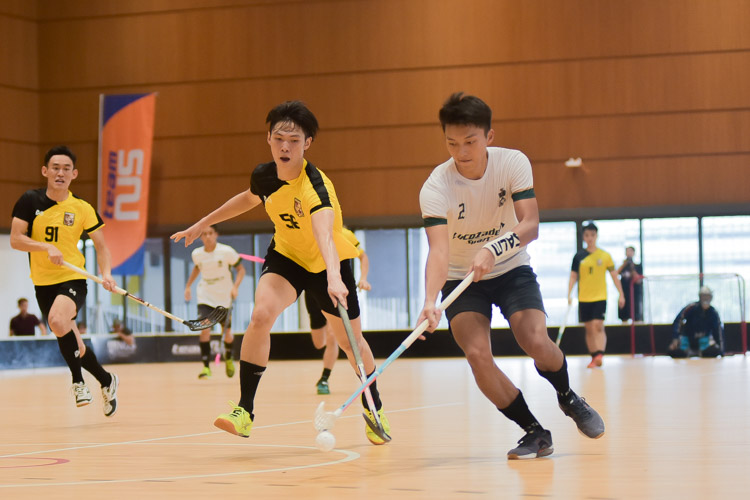 Samuel Ng (TH #2) fends the ball from his opponents. (Photo 7 © Iman Hashim/Red Sports)