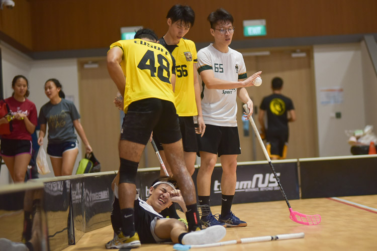 Jaypy Pillay (EH #48) shows good sportsmanship by helping Silas Choe (TH #11) stretch out of his cramp. (Photo 18 © Iman Hashim/Red Sports)