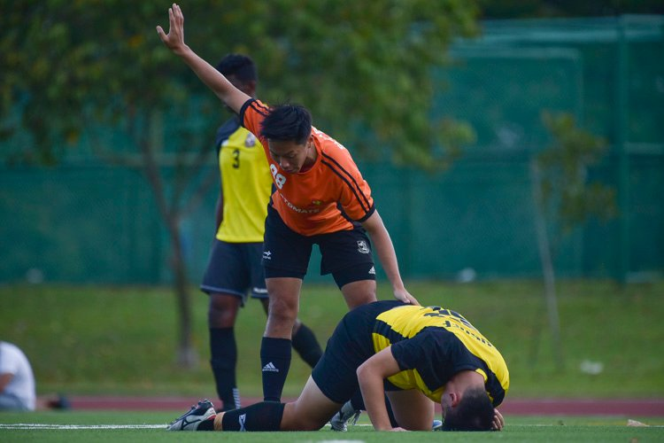 Bryan Foo (SH #88) calls for help after a Eusoff player appears hurt from a tackle. (Photo 11 © Iman Hashim/Red Sports)