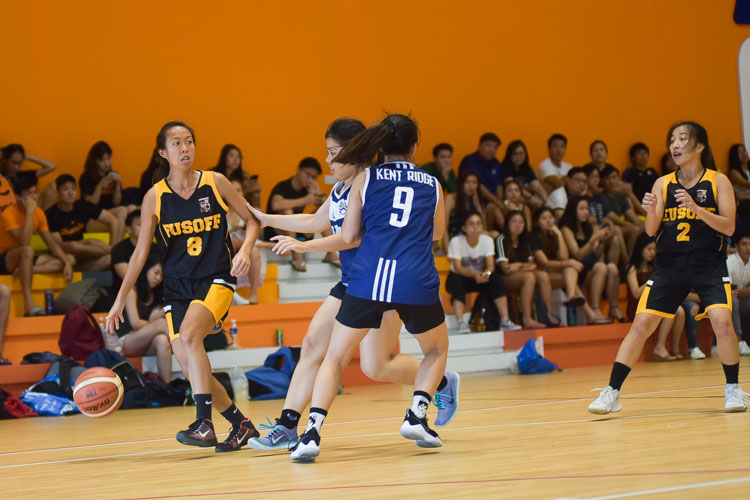 Jamie Ng (EH #8) looks for options. (Photo 7 © Iman Hashim/Red Sports)