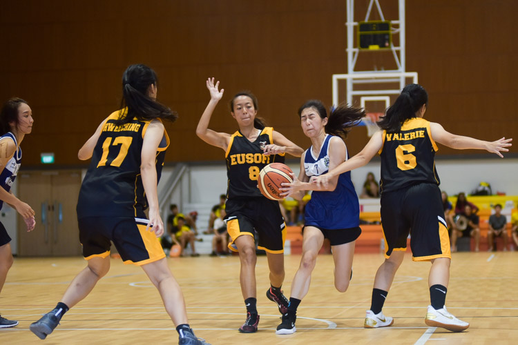 Lee Xin Ru (KR #7) barges into the Eusoff defense. (Photo 10 © Iman Hashim/Red Sports)