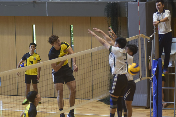 Eusoff Hall defeated Temasek Hall 3-1 (24-26, 25-21, 25-17, 25-18) to claim the IHG Volleyball title. (Photo 11 © Iman Hashim/Red Sports)