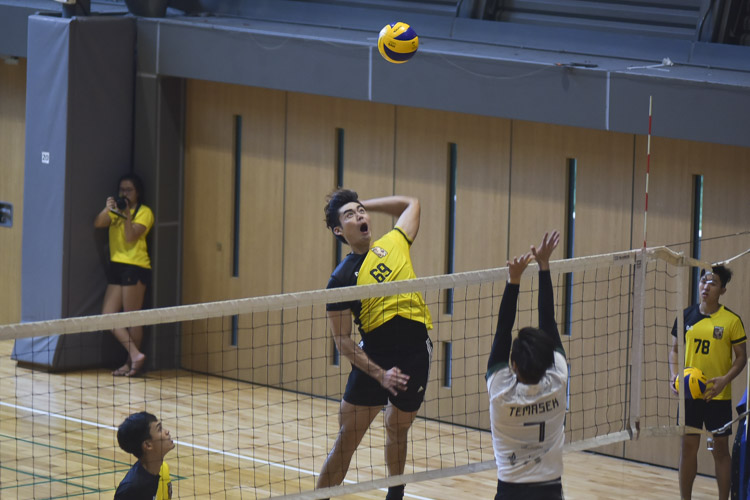 Mark Shen (EH #69) readies himself for the spike. Eusoff Hall defeated Temasek Hall 3-1 (24-26, 25-21, 25-17, 25-18) to claim the IHG Volleyball title. (Photo 1 © Iman Hashim/Red Sports)