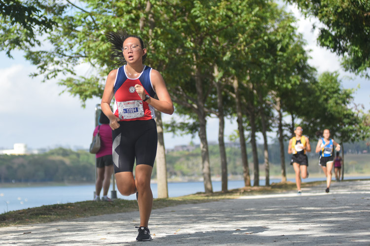 Ong Minn Shuen (#17094) clocked 17:26.8 over 3.8 kilometres to finish eighth in the Under-17 Girls' category, leading Nan Hua High School to the Team championship. (Photo 1 © Iman Hashim/Red Sports)